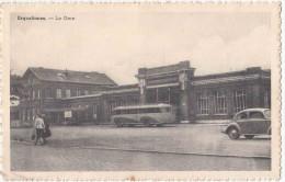 Erquelinnes. Belgique. La Gare. CPA Animée Peu Courante. Autocar Années 1950. Voir Les 2 Scans - Erquelinnes
