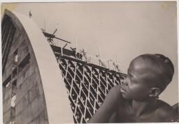 TCHAD,m�tier de la construction ,cath�drale de FORT LAMY en mai 1961,enfant tchadien qui regarde les ouvriers,rare