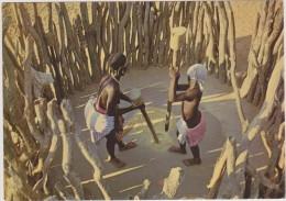 Angola,ex Colonie Portuguaise,Mulheres Hingas Pilando Cereal,métier De Piler,pilage De Céréal Tout En Force,rare - Angola