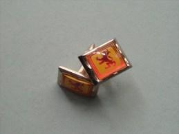 Rode LEEUW Op Gele Achtergrong Met Rode Omkadering ( Goudkleurig / Zie Foto´s Voor Detail ) ! - Bottoni Di Colletto E Gemelli