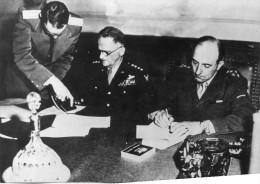 Photo Originale De Presse - Général De LATTRE DE TASSIGNY  Et Karl  SPAATZ  Signant  La Reddition Allemande En Mai 45 - Célébrités