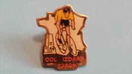 PIN´S - CYCLISME- COL IZOARD 2360M - AVEC ATTACHE - Cyclisme