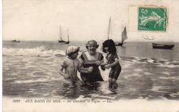 Cpa 1916, AUX BAINS DE MER, En Attendant La Vague, Maman Et Enfants  (42.90) - Children And Family Groups