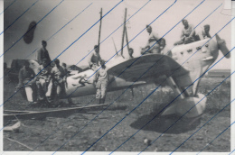 Foto photo Arm�e de l�air Flugzeug captured by german soldier avion aeroplane aircraft