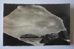 56 - BELLE-ISLE-EN -MER  -  SAUZON - La Grotte De L'Apothicarerie  -  Photo R. MISSEY  27 - Belle Ile En Mer