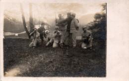 Photo-cpa Originale :  Militaires, Mimant Un Exercice De Tir, Soins Sur Blessé à La Tête    (35.45) - Guerre, Militaire