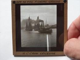 H. C. Cross Leicester Off To The Fishing ........ ( U.K. Leicester ) : Plaat +/- 8 X 8 Cm. ( Zie Foto Voor Details ) ! - Plaques De Verre