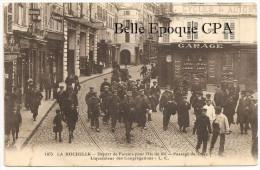 17 - LA ROCHELLE - Rue Du TEMPLE - Départ Des Forçats Pour L´Ile De Ré - Passage De DUEZ / BAGNE + RARE / Vers USA, 1930 - La Rochelle