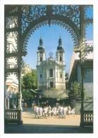 CPM - KARLOVY VARY - Trzni Kolonada A Kostel Mari Magdaleny - Tchéquie