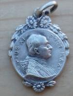 Mad-291 Médaille Ancienne à Décor De Fleurs Anagramme AP Ou CD Pius Xl - Religion & Esotericism