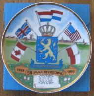 NL.- Nederland 50 Jaar Bevrijding. Ontw. Henk Homburg. Oplage No. 1903. Je Maintiendrai. 1945-1995. Vlaggen USA, 4 Scans - Ceramics & Pottery