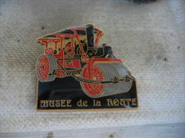 Pin�s des 10 ans du mus�e de la route (1985-1995). Tr�s ancien rouleau compresseur