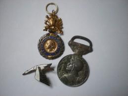 Lot Broche Et Médailles GUERRE 1914 1918 -COLLECTION Ww1 Et Ww2 INSIGNES Casque - France