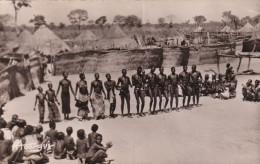 Danses sur la place du village des hommes et des femmes � MARO Tchad  en arri�re plan les cases