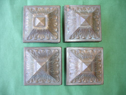 Quatre Anciens Elements Decoratifs D' Ameublement: Chapiteaux De Meuble En Laiton Massif (14-2730) - Meubels