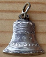 Mad-316 Médaille Ancienne Forme Cloche Montmartre - Godsdienst & Esoterisme