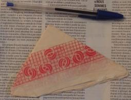 Serviette En Papier Pliée En Triangle Sans Marque Mais Avec Motifs Géométriques Rouges - Serviettes Papier à Motif