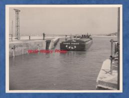 Photo ancienne - DONZERE ( Drome ) - Visite d�ing�nieurs au Barrage - Passage de la p�niche PENMARCH - Ann�es 1950