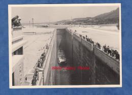 Photo ancienne - DONZERE ( Drome ) - Visite d�ing�nieurs au Barrage - Passage d'une p�niche dans l'�cluse - Ann�es 1950