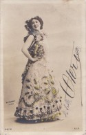 CPA   PHOTO Reutlinger   ARTISTE  La Belle OTERO  Costume De Scène Signature FAC SIMILE  Timbre 1905 - Artistes