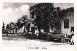 MEDENINE (Tunesien) - L'Hotel, Oldtimer, Fahrrad - Tunisia