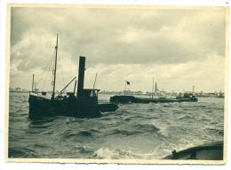Grote Originele Oude Foto Size = 12 Cm X 17 Cm - Binnenscheepvaart - Antwerpen Sleepboot Met Golgotha 1942 - Barcos