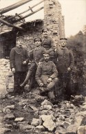 Photocarte Allemande-Militaires Soldats Allemand Ruines D´une Maison Pose Photo 1915 (Guerre14-18)3scans TBE - War 1914-18