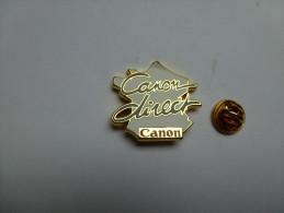 Superbe Pin´s En Zamac , Photo , Canon Direct  , Carte De France , Signé Decat - Fotografía