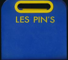 Classeur A Pin's, 3 Intercalaires (84 Pin's), Plastique Dur, Excellent état (22 Cm Sur 23 Cm) - Pin's & Anstecknadeln