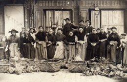 """CPA  PHOTO INCONNUE---"""" MARCHANDS DE VOLAILLES """"---GRAND CAFE DES NOUVELLES HALLES--TRES ANIMEE"""