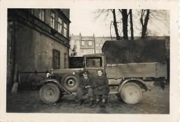 PHOTOGRAPHIE D'UN CAMION . PRISONNIERS EN ALLEMAGNE . CACHET DE CONTROLE - Krieg, Militär
