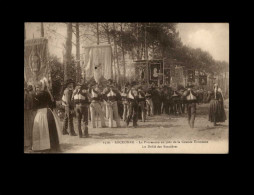 29 - LOCRONAN - Procession - Bannières - Troménie - Locronan