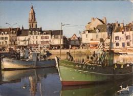 Le Croisic.. Animée.. Belle Vue Du Port.. L'Eglise.. Bateaux De Pêche.. Chalutiers - Le Croisic