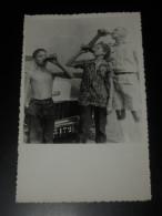 Photographie Ancienne ~1950 3 Personnes Buvant Une Canette Devant Automobile - Format 14 X 9 Cm. - Personalità