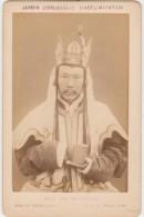 PHOTO CDV PARIS JARDIN ZOOLOGIQUE D'ACCLIMATATION Pr�tre Tibetain Tibet Costume Phographe Pierre PETIT 13 x 8 cms