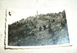 Priv. Foto, Deutsche Soldaten Stürmen Eine Anhöhe, 1940, Ca. 6 X 9 Cm - 1939-45