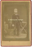 Grand CDV (CAB) Homme élégant En Tenue De Chasseur-cor De Chasse Sur Col Et Bombe-photo DUCOLLET à Tournan En Brie - Old (before 1900)