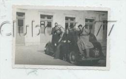Pornichet (44) : GP D´une Voiture Devant La Gare (?) En 1940 (animée) PHOTOGRAPHIE RARE. - Photos