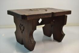 Ancien petit banc en bois avec coeur ouvrag�.