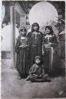 Algérie - CPA  - Groupe De Jeunes Filles Arabes - Costume , Afrique Du Nord - Real Photo Noir Et Blanc - Scènes & Types