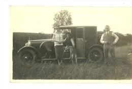 PHOTOS  D UNE FAMILLE COUPLE  DANS UNE AUTOMOBILE VOITURE ANCIENNE VERS LES ANNEE 1920 A IDENTIFIER - Automobiles