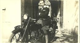 PHOTO  D UNE ANCIENNE D UNE MOTO AVEC SON PROPRIETAIRE DANS LES ANNEES 1920 - Fotos
