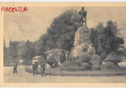 EMILIA ROMAGNA-PIACENZA-PIACENZA MONUMENTO A GARIBALDI PERSONE VEDUTA CHIOSTRO