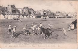 Carte Postale Ancienne Des Sables D´Olonne - La Plage - Enfants Jouant Dans Le Sable - Sables D'Olonne