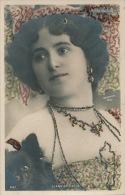 FEMMES - FRAU - LADY - SPECTACLE - ARTISTES - Jolie Carte Fantaisie Avec Paillettes Portrait LIANE DE VRIES Avec Chien - Femmes