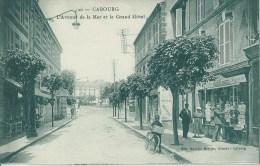 47Gp   14 Cabourg Avenue De La Mer Et Le Grand Hotel Petit Livreur De Journaux Devant La Papeterie - Cabourg