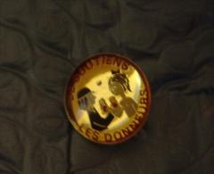 PIN 'S   RARE    PEYNET      LES  DONNEURS  DE SANG    COMME  NEUF - Badges