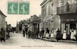 CPA BRETTE LES PINS     La Rue Principale Prise Du Carrefour   Avec Ses Commerces - Altri Comuni