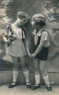ENFANTS - LITTLE GIRL - MAEDCHEN - Jolie Carte Fantaisie Portrait Fillette Et Fleurs Avec Petit Garçon - Portraits