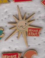 Pin's REPONSE A TOUT   LE SOLEIL  Fabrication Ballard Doré Or Fin - Medien